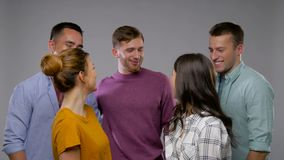 Gruppe glückliche lächelnde Freunde über Grau stock video