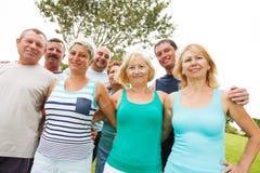 Gruppe glückliche Menschen draußen Stockfotos