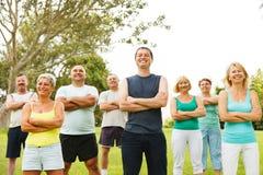 Gruppe glückliche Menschen draußen Lizenzfreies Stockfoto