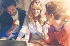Gruppe glückliche Mitarbeiter, die großes Gespräch während des Arbeitsprozesses im modernen Büro machen Geschäftsleute, die Konze stockbild