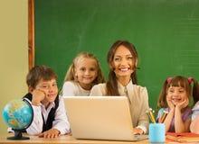 Gruppe glückliche Mitschüler lizenzfreie stockfotografie