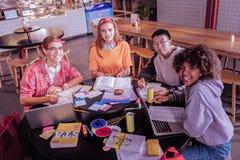 Gruppe glückliche Mitschüler, dass zusammen studierend lizenzfreie stockfotos