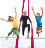 Gruppe glückliche nette sportive springende und tanzende Kinder Lizenzfreie Stockfotos