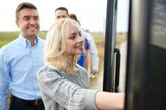 Gruppe glückliche Passagiere, die Reisebus verschalen lizenzfreie stockfotografie
