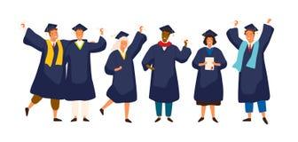 Gruppe glückliche Schulabgänger, die akademisches Kleid, Kleid oder Robe und Staffelungskappe tragen und Diplom halten Jungen und stock abbildung