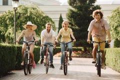 Gruppe glückliche Studenten, die draußen reiten lizenzfreies stockfoto