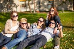 Gruppe glückliche Studenten, die Sieggeste zeigen Stockfotografie