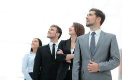 Gruppe glückliche und erfolgreiche Geschäftsleute, die oben schauen Lizenzfreie Stockbilder