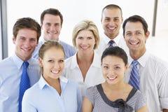 Gruppe glückliche und positive Geschäftsleute Stockbild
