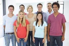 Gruppe glückliche und positive Geschäftsleute in der legeren Kleidung Lizenzfreie Stockfotografie