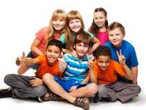 Gruppe glückliche verschiedene schauende Jungen und girs stockfotos