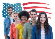 Gruppe glücklichen Menschen, die gegen amerikanische Flagge stehen Lizenzfreies Stockfoto