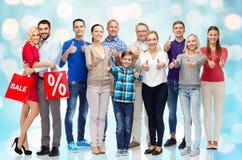 Gruppe glücklichen Menschen, die sich Daumen zeigen Lizenzfreies Stockbild