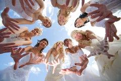 Gruppe glücklicher Braut acht zusammen draußen Lizenzfreie Stockfotografie