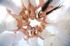 Gruppe glücklicher Braut acht zusammen draußen Stockfoto