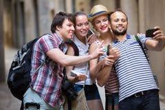 Gruppe glückliches touristisches Handelnselfie Stockfotografie