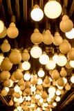 Gruppe Glühlampen Edison hing von der Decke in Abteilungsst. Stockfoto