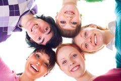 Gruppe glückliche junge Leute im Kreis Stockbild