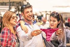 Gruppe glückliche junge Leute am Wochenmarkt Stockbilder