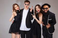 Gruppe glückliche junge stehende und lächelnde Freunde Stockfotos
