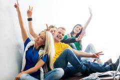 Gruppe glückliche Studenten auf einem Bruchwellenartig bewegen Stockfotos