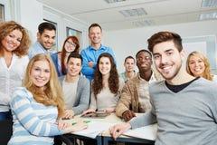 Studenten mit Lehrer und Tablette Stockbild