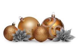 Gruppe Goldweihnachtsbälle lokalisiert auf weißem Hintergrund Stockbilder