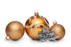 Gruppe Goldweihnachtsbälle lokalisiert auf weißem Hintergrund Lizenzfreies Stockbild