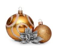 Gruppe Goldweihnachtsbälle lokalisiert auf weißem Hintergrund Lizenzfreie Stockfotografie