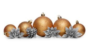Gruppe Goldweihnachtsbälle lokalisiert auf weißem Hintergrund Lizenzfreie Stockbilder