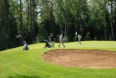 Gruppe Golfspieler am Countryklub Lizenzfreie Stockfotos