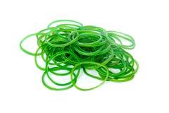 Gruppe grüne Gummigeldbänder lokalisiert auf weißem Hintergrund Stockfoto