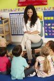 Gruppe grundlegende Alters-Schulkinder in der Klasse mit Lehrer lizenzfreies stockfoto