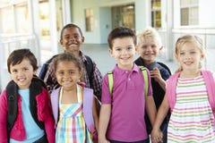 Gruppe grundlegende Alters-Schulkinder, die draußen stehen stockfotos