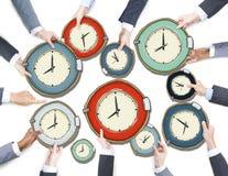 Gruppe Hände der Geschäfts-Leute, die Uhren halten Lizenzfreie Stockfotos