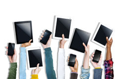 Gruppe Hände, die Digital-Geräte halten Stockbild
