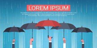 Gruppe Hände, die hintere Ansicht-Schutz-Konzept Regenschirm-Unger Huge Rain Background Backs halten stock abbildung