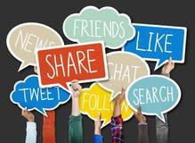 Gruppe Hände, die Sprache-Blasen mit Sozialfrage-Konzepten halten Lizenzfreie Stockfotos