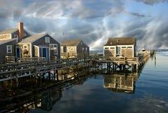 Gruppe Häuser über dem Wasser in Nantucket, USA Lizenzfreie Stockfotos