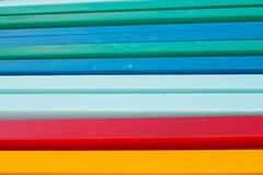 Gruppe hölzerne Pfosten gemalt in den kräftigen Farben stockfoto