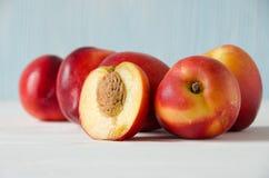 Gruppe hölzerner Hintergrund der Pfirsiche stockbilder