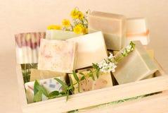 Gruppe handgemachte Seife im hölzernen Kasten Lizenzfreies Stockfoto