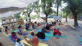 Gruppe hatha Yoga auf ethno geheimem Festival stock video footage
