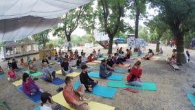 Gruppe hatha Yoga auf ethno geheimem Festival stock footage