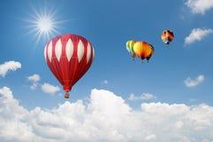 Gruppe Heißluft Hinauftreiben von Aktienkursen über schönem Himmel Lizenzfreie Stockfotos
