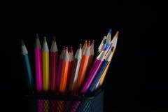 Gruppe helle bunte geschärfte Bleistifte Stockfotografie