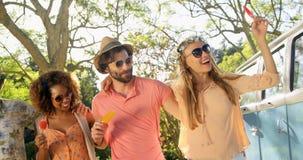 Gruppe Hippie-Freunde, die Spaß umfassen und haben stock video footage