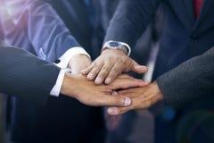 Gruppe hispanische Geschäftsleute, die Händen sich anschließen lizenzfreie stockfotos