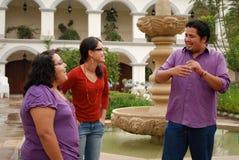 Gruppe hispanische Kursteilnehmer, die draußen sprechen Stockbild