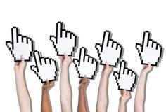 Gruppe Hände, die Klicken-Ikone halten Stockfotografie